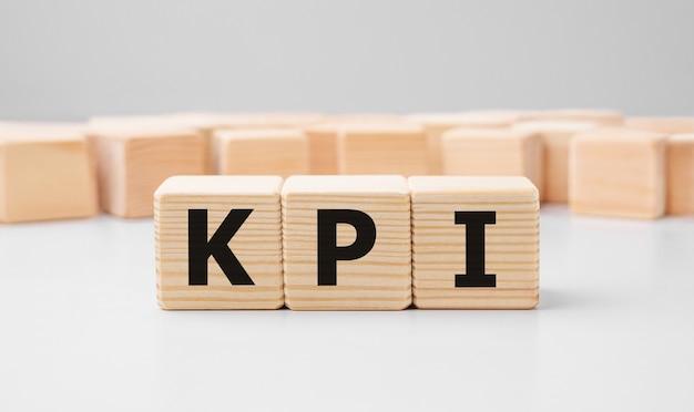 Słowo kluczowe kpi wykonane z drewnianych klocków