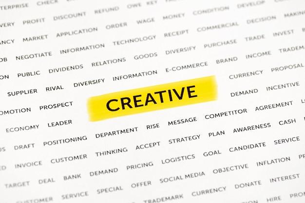 Słowo kreatywne jest wyróżnione markerem na papierze