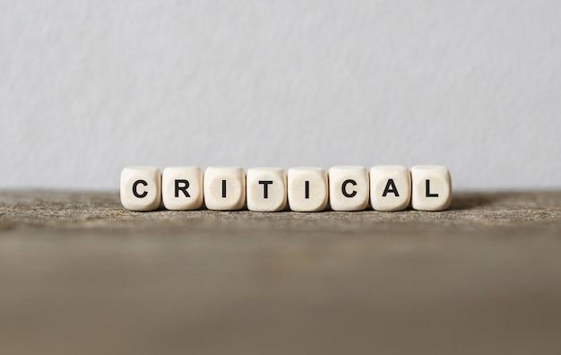 Słowo krytyczne wykonane z drewnianych klocków
