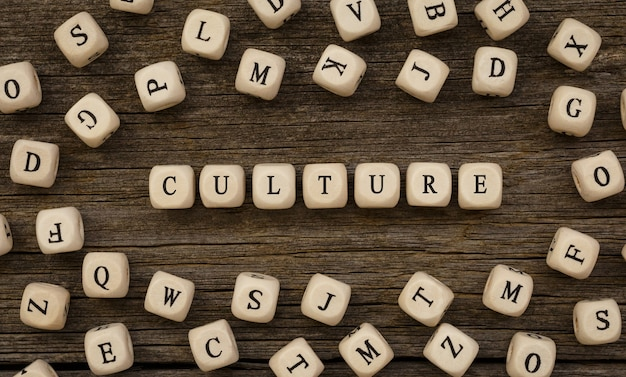 Słowo kultura napisane na drewnianym bloku