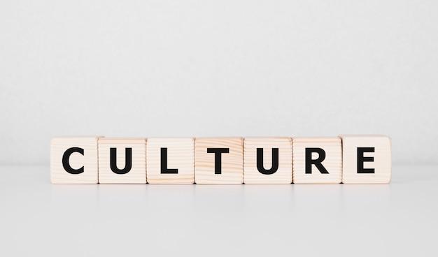 Słowo kultura wykonane z drewnianych klocków