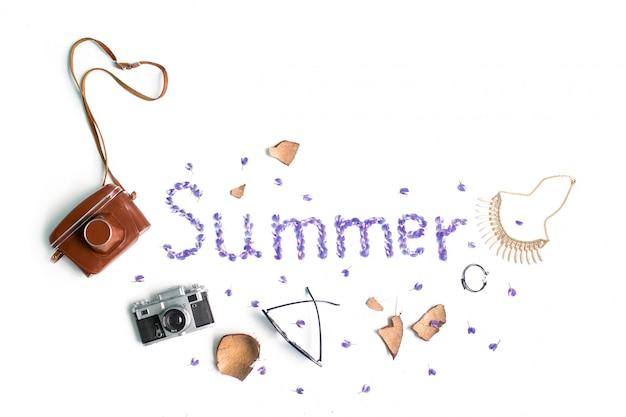 Słowo lato. akcesoria plażowe na białym tle z kwiatami. mieszkanie leżał, widok z góry