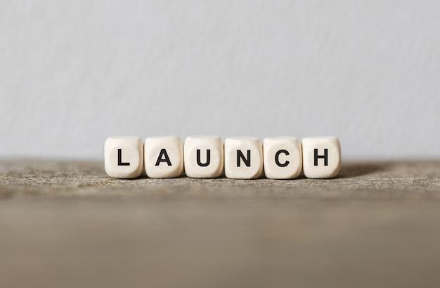 Słowo launch wykonane z drewnianych klocków