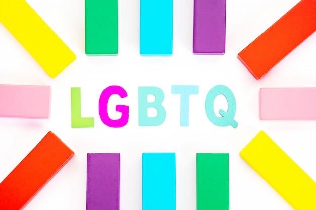 Słowo lgbtq i kolorowy drewniany klocek. pojęcie aktywizmu lgbt.