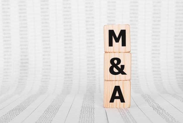 Słowo m and a wykonane z drewnianych klocków