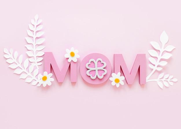 Słowo mama widok z góry na różowym tle