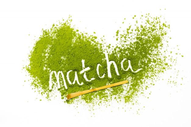 Słowo matcha wykonane ze sproszkowanej zielonej herbaty matcha