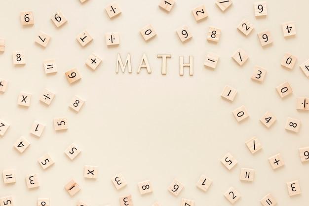 Słowo matematyki z liter i cyfr na tablicach scrabble