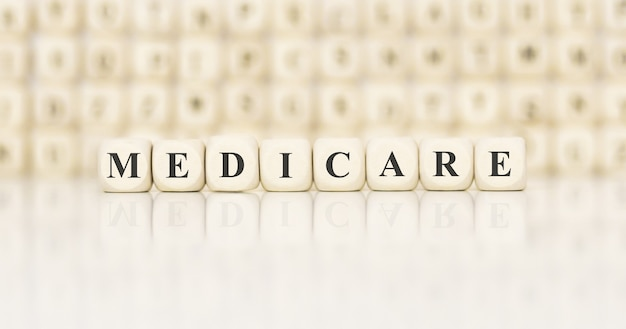 Słowo Medicare Wykonane Z Drewnianych Klocków Premium Zdjęcia