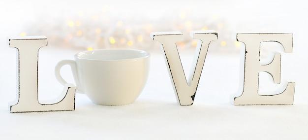 Słowo miłość i filiżanka kawy