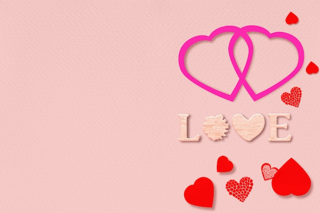 """Słowo """"miłość"""" i serca na różowym tle. walentynki, projekt karty z pozdrowieniami"""