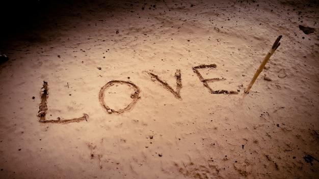 Słowo miłość na błocie