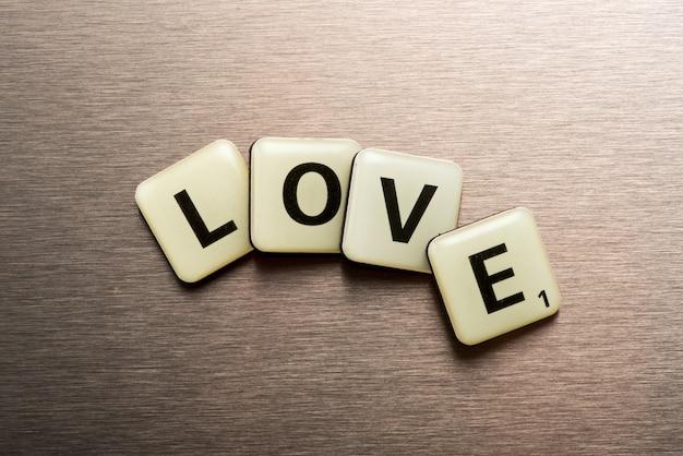 Słowo miłość na blokach liter ułożonych w krzywą