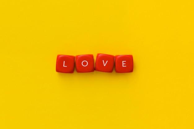 """Słowo """"miłość"""" na czerwonych kostkach"""