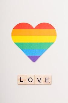 Słowo miłość na drewnianych kostkach i sercu lgbt