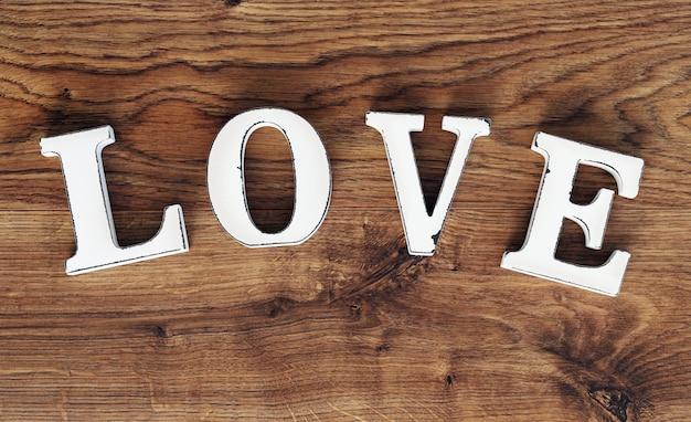 Słowo miłość na drewnianym stole