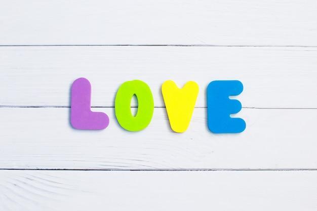 Słowo miłość na drewnianym tle