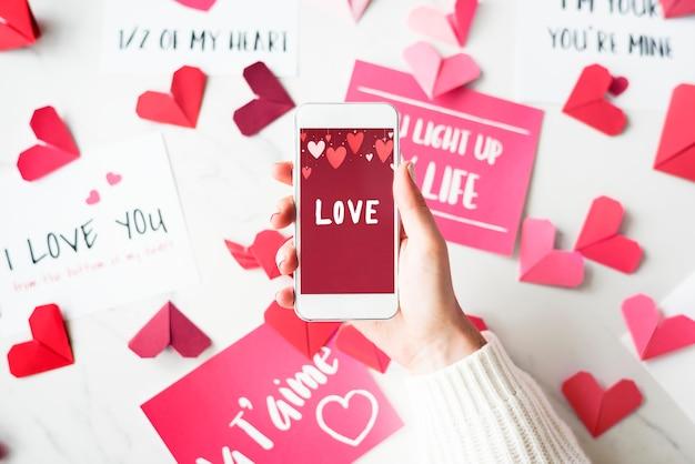 Słowo miłość na ekranie telefonu komórkowego