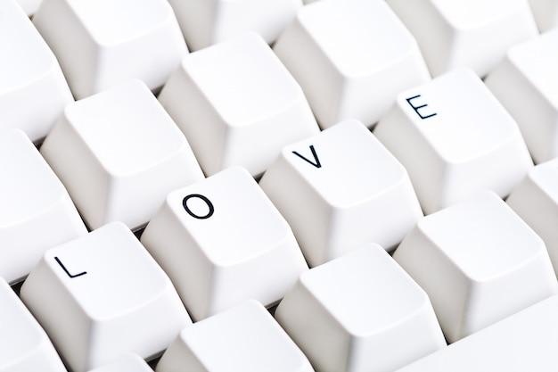 Słowo miłość na klawiaturze komputera