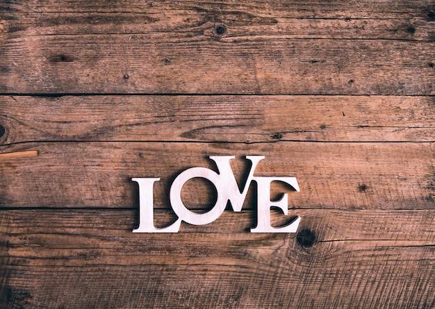 """Słowo """"miłość"""" na starych deskach drewnianych. walentynki"""