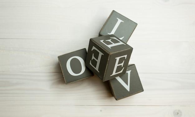 Słowo miłość napisane drewniane klocki. koncepcja budowania miłości