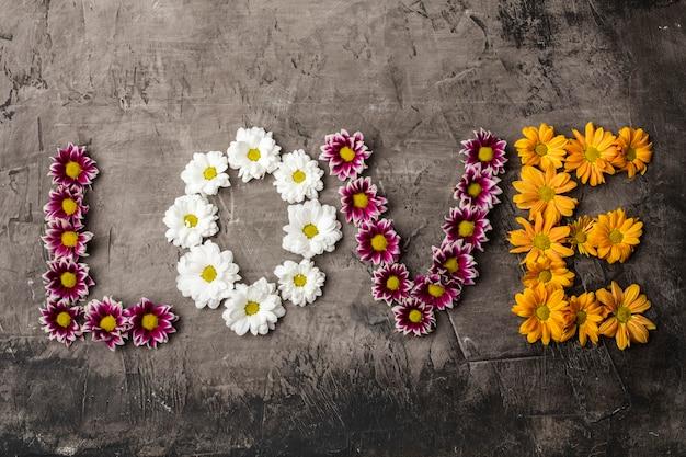 Słowo miłość wykonane z kwiatów, liści. leżał na płasko. koncepcja miłości