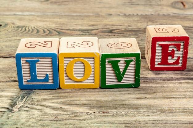 Słowo miłość z drewnianych klocków dla dzieci
