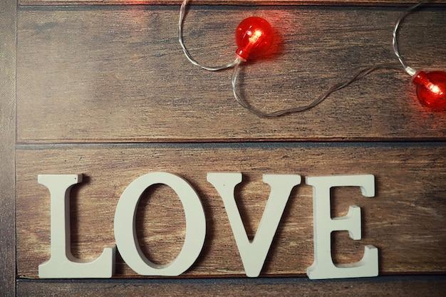 Słowo miłość z drewnianych liter na drewnianym tle