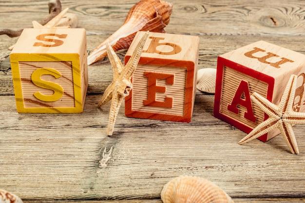 Słowo morze utworzone przez drewniane klocki na drewnianych