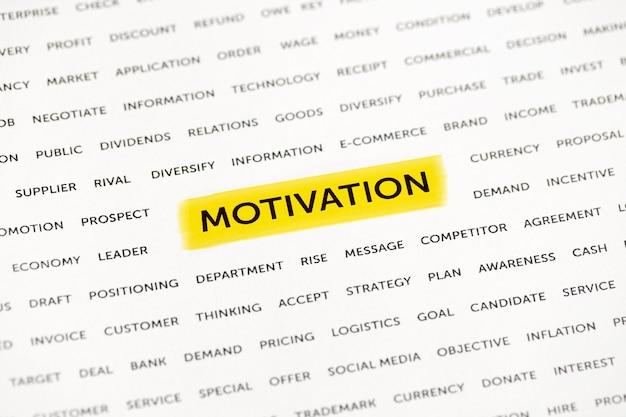 Słowo motywacja jest podkreślone markerem na papierze