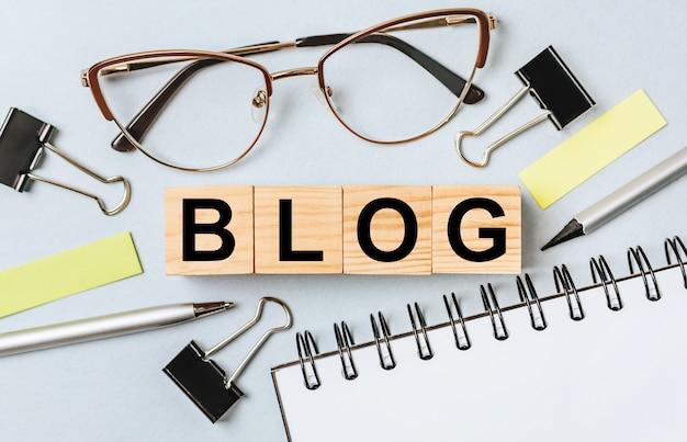 Słowo na blogu na drewnianych kostkach na biurku