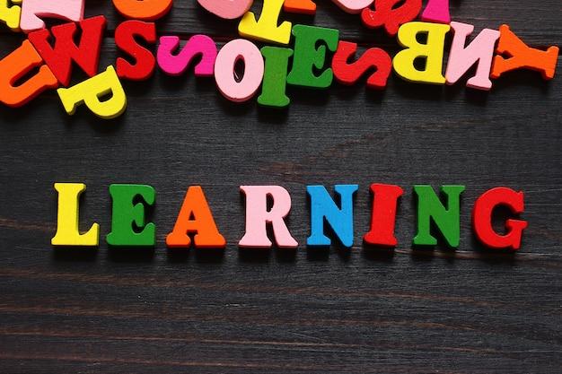Słowo nauka z kolorowymi literami