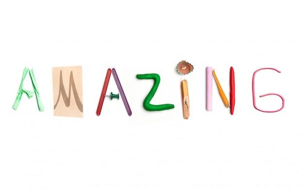 Słowo niesamowite stworzone z materiałów biurowych.
