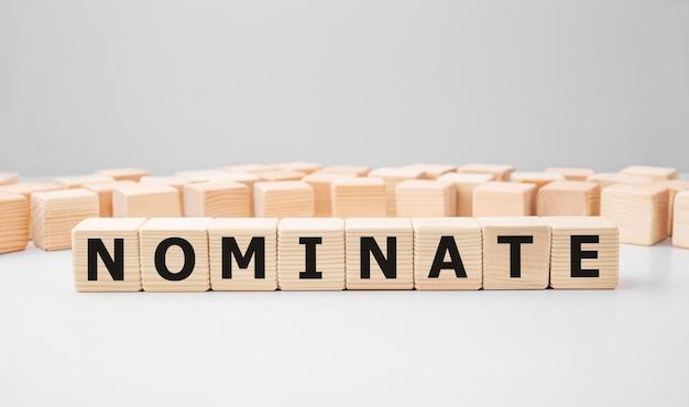 Słowo nominacja wykonane z drewnianych klocków