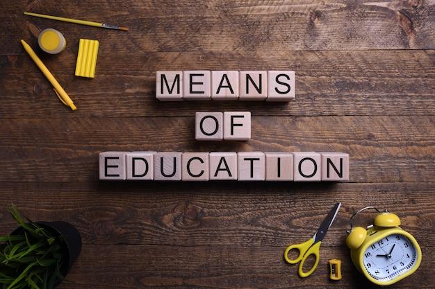 Słowo oznacza edukację drewniane kostki, bloki na temat edukacji, rozwoju i szkolenia na drewnianym stole. widok z góry. miejsce na tekst.