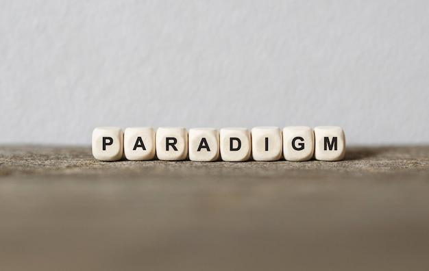 Słowo paradygm wykonane z drewnianych klocków