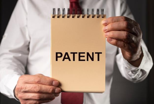 Słowo patentowe koncepcja praw autorskich i praw chronionych w biznesie