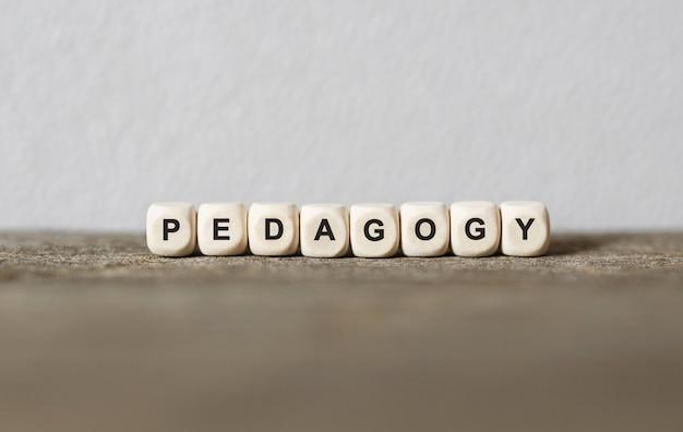 Słowo pedagogia wykonane z drewnianych klocków