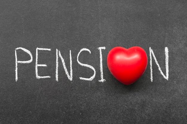 Słowo pensjonat odręcznie na tablicy z symbolem serca zamiast o