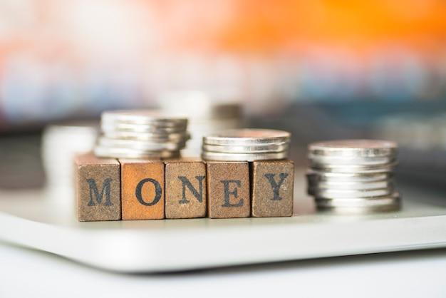 Słowo pieniądze z srebrnymi monetami dalej