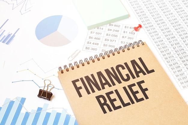 Słowo pisania tekstu ulgi finansowej w notatniku. pomysł na biznes