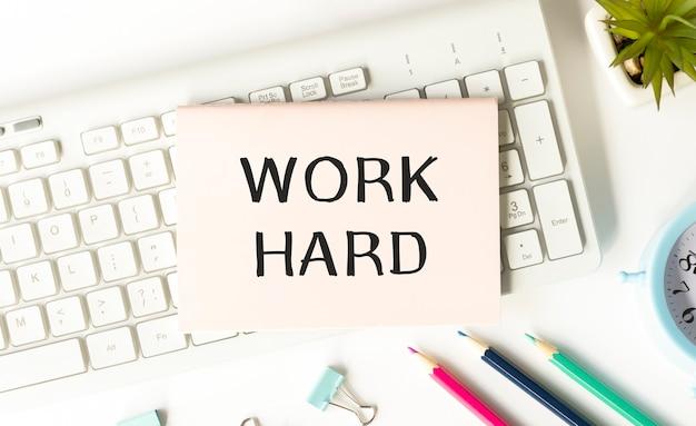 Słowo pisanie tekstu ciężkiej pracy na białe naklejki. koncepcja biznesowa.
