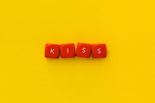 """Słowo """"pocałunek"""" na czerwonych kostkach"""