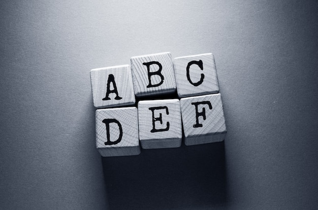 Słowo podatkowe napisane na drewnianych kostkach