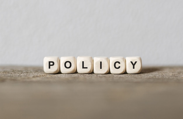 Słowo polityka wykonane z drewnianych klocków