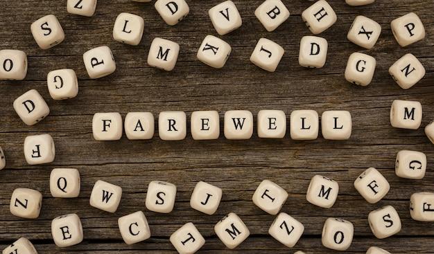 Słowo pożegnanie napisane na bloku drewna