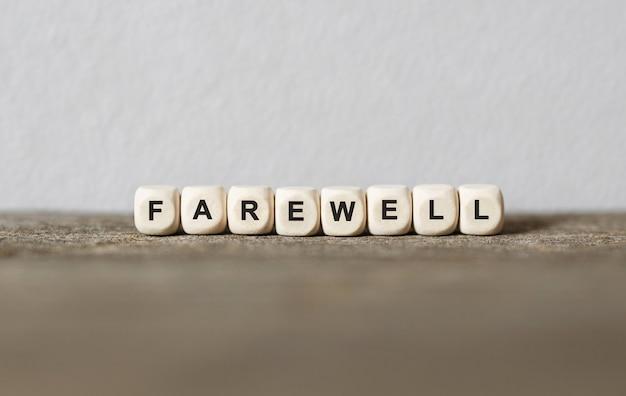 Słowo pożegnanie wykonane z drewnianych klocków