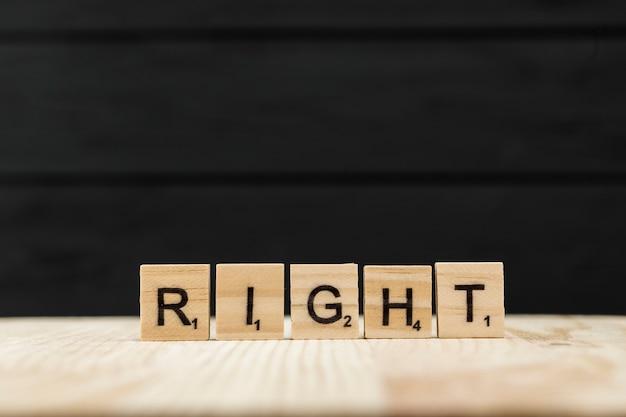 Słowo prawe pisane drewnianymi literami