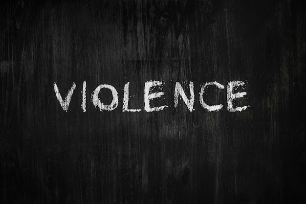 Słowo przemoc na tablicy