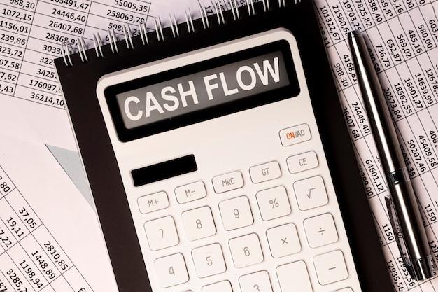 Słowo przepływu środków pieniężnych na napisie kalkulatora przepływu środków pieniężnych